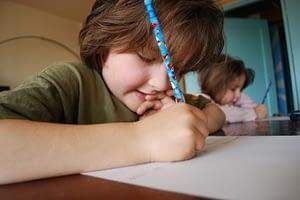 bambino che fa i compiti