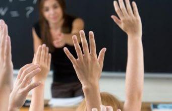 insegnante mani alzate