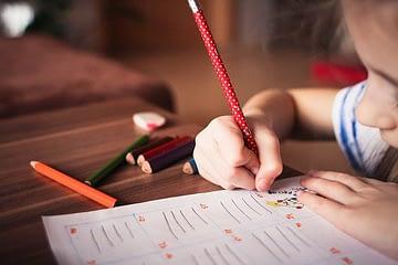 bambino scrive